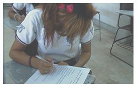 programa_educacion_ambiental/estudiante_contestando_encuesta